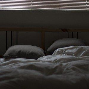 Łóżko w pokoju gościnnym