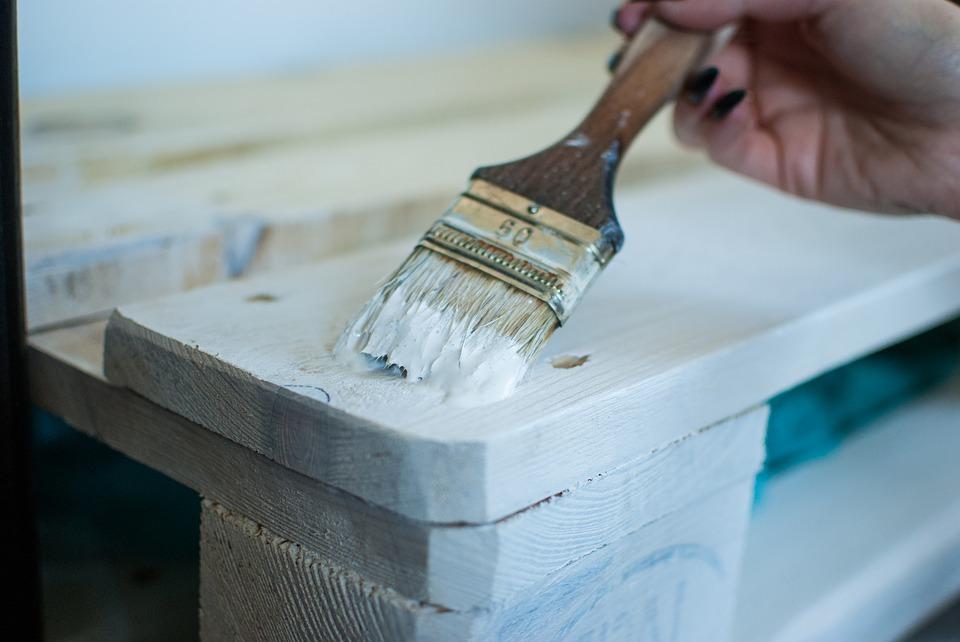 Malowanie mebli na biało